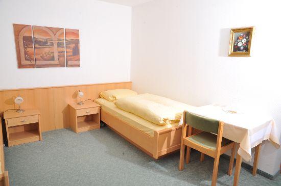 8 Einzelzimmer